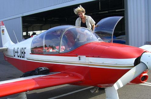 Cillie Rentmeister mit ihrem Flugzeug