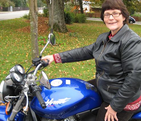 Christel Wachowski auf ihrem Motorrad